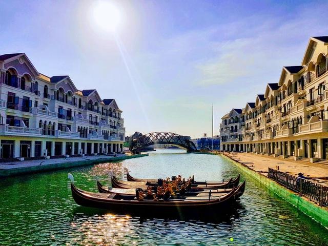 Hình ảnh thực tế cho thấy các chiếc thuyền Gondola đã chờ sẵn để phục vụ những du khách đầu tiên du ngoạn dòng kênh đào Venice tại Grand World